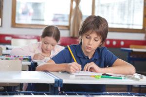 Junge hochkonzentriert in einer Prüfung