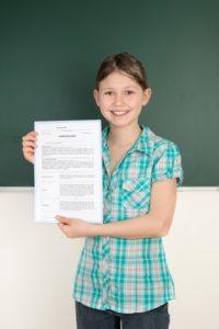 stolze Schülerin mit positivem Zeugnis