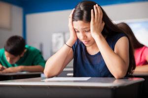 Schülerin mit Prüfungsstress