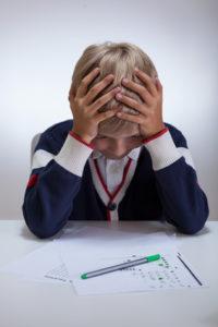 Schüler mit Stress und Frust beim Lernen