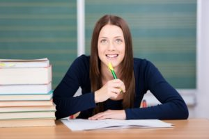 Studentin freudig beim Lernen