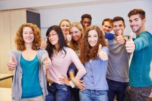 Glückliche Schüler nach erfolgreicher Matura
