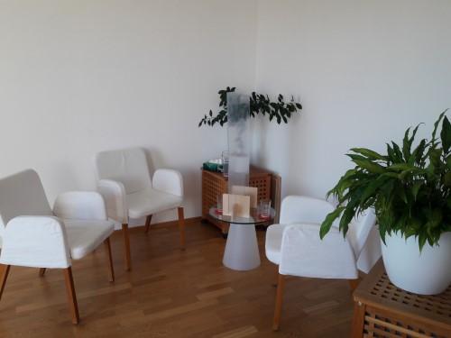 Sitzgruppe mit Acrylglaswand in der Mitte auf dem Tisch