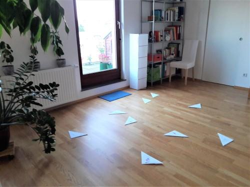 Bild des Praxisraums mit gefalteten Zetteln am Boden